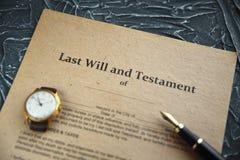Le stylo et le timbre publics du ` s de notaire sur le testament et le bout vont le faire Notaire image stock