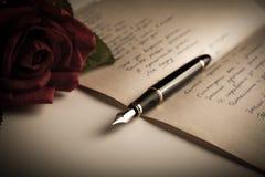 Le stylo-plume sur le papier de feuille des textes avec s'est levé Photos libres de droits