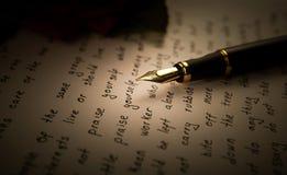 Le stylo-plume sur le papier de feuille des textes avec s'est levé Image libre de droits
