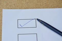 Le stylo a rempli connexion correct le blanc sur le papier Images stock