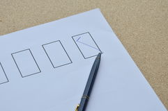 Le stylo a rempli connexion correct le blanc sur le papier Photographie stock libre de droits