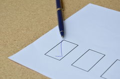 Le stylo a rempli connexion correct le blanc sur le papier Image stock