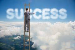 Le succès de atteinte d'homme d'affaires avec l'échelle de carrière Photo libre de droits