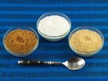 Le sucre blanc et sucre brut de Brown Photo libre de droits