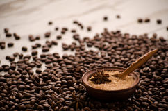 Le sucre dans un porringer se tient sur une table sur des grains de café Images libres de droits