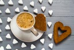 Le sucre de panneaux de café de tasse de Valentine cube le coeur de gâteaux Photographie stock