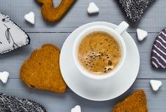 Le sucre de panneaux de café de tasse de Valentine cube le coeur de gâteaux Photo libre de droits