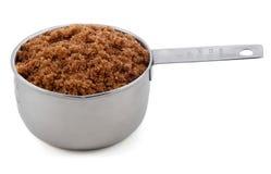 Le sucre foncé de muscovado a présenté dans une mesure de cuvette Photos libres de droits