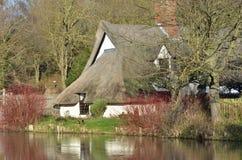 Le Suffolk scénique de cottage de rivière Images stock