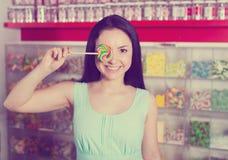 Le sugande lollypop för flicka i lager Arkivfoto