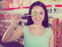 Le sugande lollypop för flicka i lager Arkivbild
