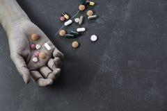 Le suicide de engagement d'homme en prenant une overdose sur le m?dicament Fermez-vous des pilules et de l'intoxiqu? d'overdose photo libre de droits