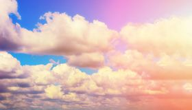 Le sun& x27 ; les rayons de s font leur voie par les nuages photos stock