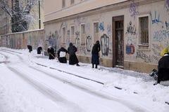 Le suore puliscono la neve davanti al monastero a Zagabria Immagine Stock