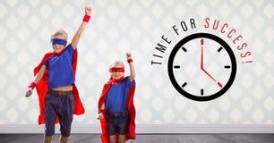 Le super héros badine sauter dans la chambre avec de l'heure pour le graphique d'horloge de succès image stock