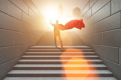 Le super héros d'homme d'affaires appuyant sur les boutons virtuels sur l'échelle de carrière Photographie stock