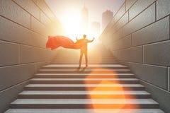 Le super héros d'homme d'affaires appuyant sur les boutons virtuels sur l'échelle de carrière Images libres de droits