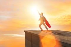 Le super héros d'homme d'affaires réussi dans le concept d'échelle de carrière Image stock