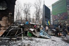 Le support de personnes près des barricades brûlées après nuit combat sur la rue de occupation de neige pendant la protestation an Photo libre de droits