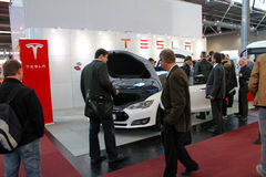 Le support de Tesla circule en voiture le 20 mars 2015 Photographie stock libre de droits