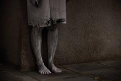 Le support rampant de fantôme de femme d'horreur voient seulement 2 jambes, image stock