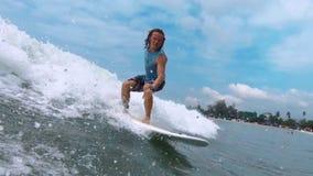 Le surfer amateur monte la vague banque de vidéos
