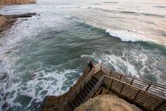 Le surfer attend des ondes Images stock