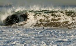 Le surfer a attrapé à l'intérieur Photo stock