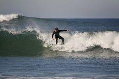 Le surfer conduit une onde photographie stock libre de droits