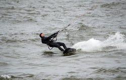 le surfer de cerf-volant se tient fortement Photos libres de droits