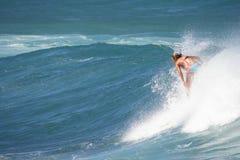Le surfer de femme apprécie des ondes de l'hiver Image libre de droits