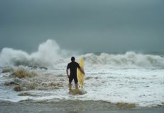 Le surfer est de coût photographie stock