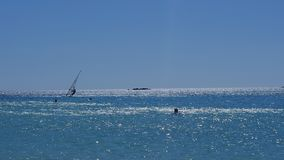Le surfer flotte sur les vagues Photos libres de droits