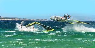 Le surfer IL Serfista font de la planche à voile dei sautant d'Isola   Image stock