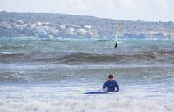 Le surfer masculin prend une chute dans les vagues vertes images stock