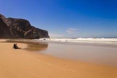 Le surfer regarde la mer Image libre de droits