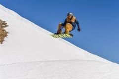Le surfeur appréciant des courses et les sauts sur le ` s de ressort durent la neige Photographie stock