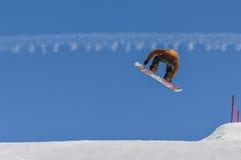 Le surfeur appréciant des courses et les sauts sur le ` s de ressort durent la neige Photo libre de droits