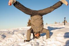 Le surfeur est à l'envers dans la neige Photo libre de droits