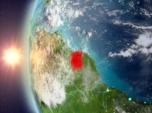 Le Surinam pendant le coucher du soleil de l'espace illustration stock