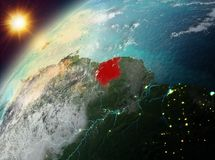 Le Surinam sur terre de planète dans le coucher du soleil Image libre de droits
