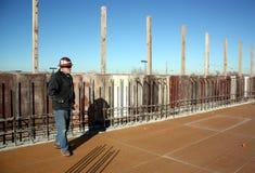 Le surveillant concret structurel examine la plate-forme ; Photo libre de droits