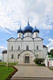 Le Suzdal Kremlin avec les dômes bleus images stock