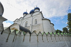 Le Suzdal Kremlin avec les dômes bleus photos stock