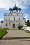 Le Suzdal Kremlin avec les dômes bleus photographie stock libre de droits