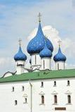 Le Suzdal Kremlin avec les dômes bleus Images libres de droits
