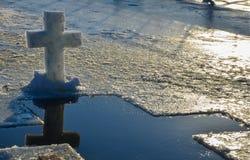 Le symbole chrétien croisé a fait à partir d'un bloc de glace images libres de droits