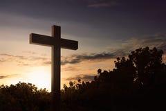 Le symbole croisé du chrétien à extérieur images stock