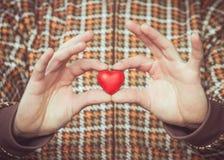 Le symbole d'amour de forme de coeur chez l'homme remet le jour de valentines Photographie stock