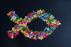 Le symbole d'ICHTHYS des lettres en bois colorées, le concept de la paix interraciale, amitié internationale Photographie stock libre de droits